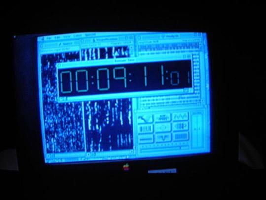 1996 - Independence Day. Der Film zeigt den Monitor des Notebooks von David (Jeff Goldblum). Der Countdown zeigt die Zahlen 9:11:01 an.
