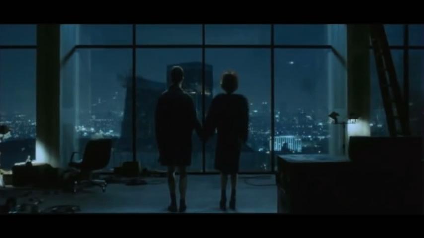 1999 - Im Film 'Fight Club' werden zwei Zwillingstürme gesprengt während sich ein Flugzeug nähert (kleines Licht rechts oben).