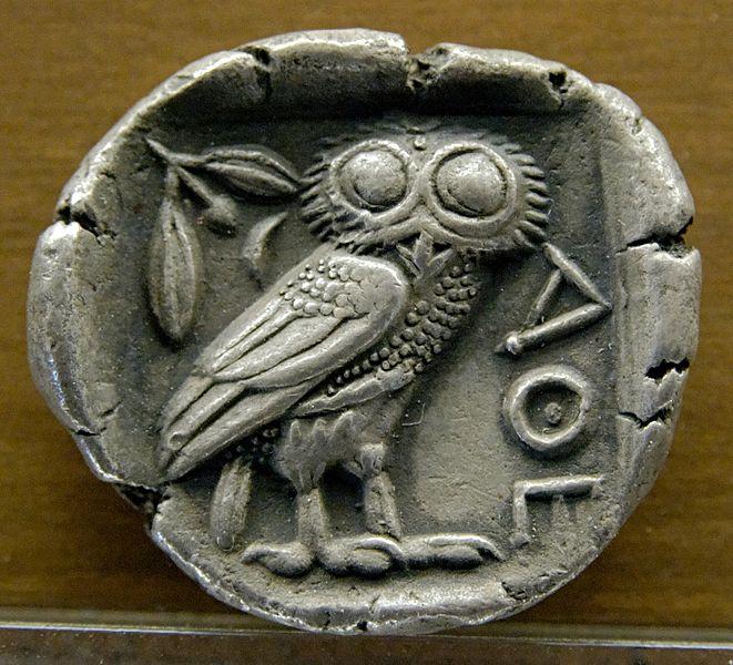 Athenisches Vierdrachmenstück der Pallas Athene mit der Eule (eigentlich ein Steinkauz) und den Zeichen AOL. Die Eule ist ein Symbol der Illuminati