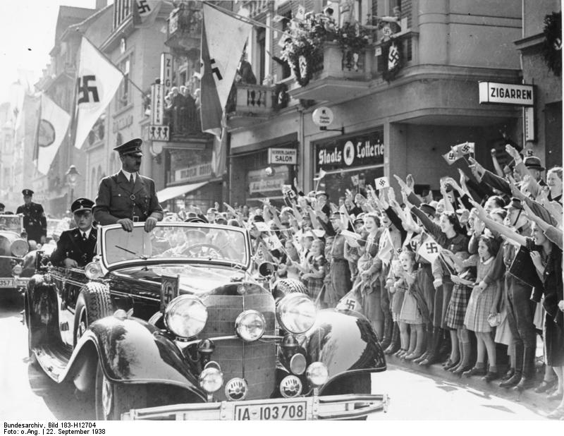 Bad Godesberg war zu Zeiten des Nationalsozialismus ein beliebter Aufenthaltsort Hitlers. Die Stadt wurde im zweiten Weltkrieg weitgehend verschont und am 8. Mai 1945 kampflos übergeben