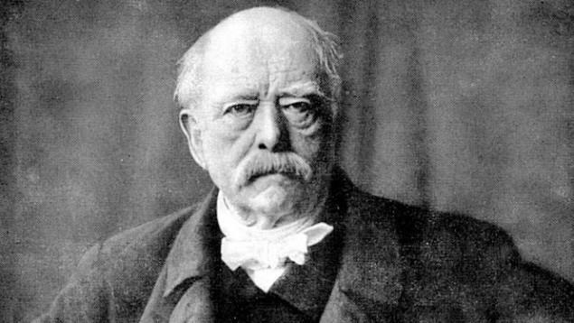 Bei Otto Fürst von Bismarck wurde das erstmal das Wort Nationalsozialist verwendet (Deutsches Adelsblatt, 1887). Das Wort Nazi ist wahrscheinlich eine Anspielung auf Nasi (hebr., Fürst, Prinz, Hohepriester). Man beachte, die Nazis waren kommunistisch, also parteilich gesehen links und nicht rechts.