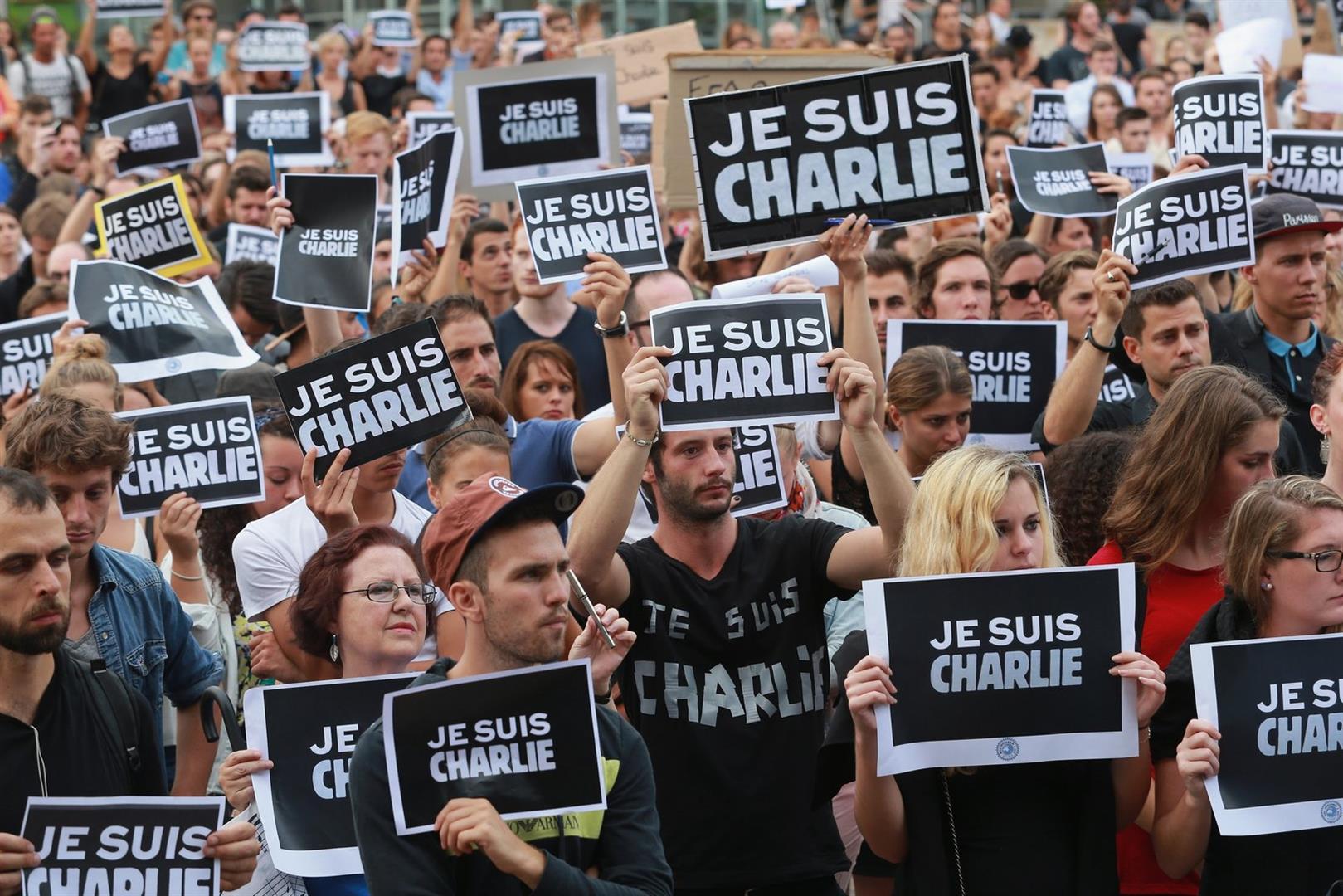 Charlie Hebdo - Bei weltweiten Solidaritätsaktionen machten sich viele zum Volltrottel. Denn das Wort Charlie in dem Satz 'Je suis Charlie' (Ich bin Charlie) heißt umgangssprachlich im englischen (Voll)trottel.