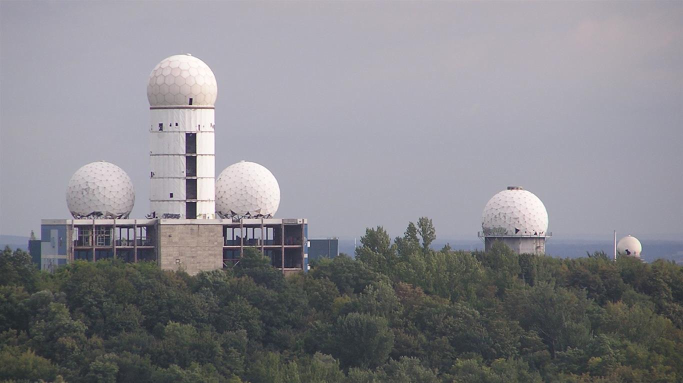 Der Teufelsberg in Berlin ist ein Trümmerberg des 2. Weltkriegs. Die damit verbundene satanistische Verhöhnung der Verlierer durch den stilisierten Stinkefinger (alte NSA-Abhörstation) ist nicht zu überbieten.