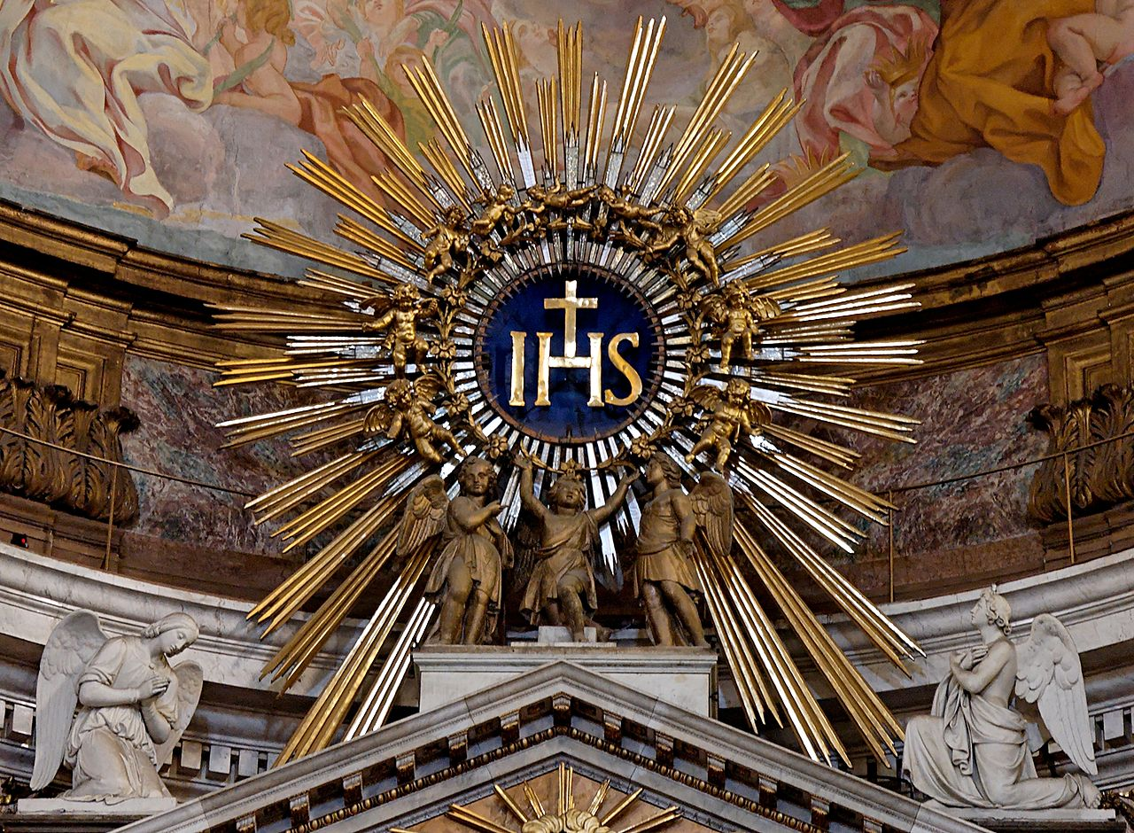 Die Abkürzung IHS soll offiziell für den griechischen Namen von Jesus stehen (Iota-Eta-Sigma). Wahrscheinlicher ist es, dass sie für die Götter Isis, Horus und Seth steht