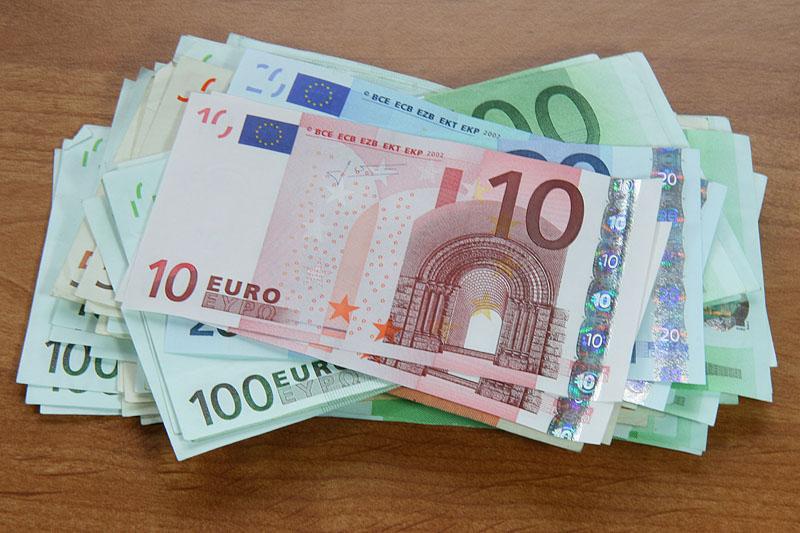 Euros (Ostwind), auch Eurosnotos, war im alten Griechenland der Sohn Eos, also der Bruder Lucifers. Aus Griechenland kommt also der Name unseres Geldes. Sorry Theo