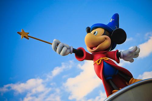 Magier Mickeymaus mit Zauberstab. Und was ist an dessen Spitze. Ein Pentagramm. Hollywood zeigts allen