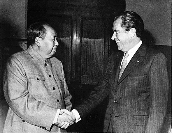 Mao Zedong und Richard Nixon (1972). Der Nachname Nixon bedeuted 'Sohn des Teufels' - son of Nick (the devil)