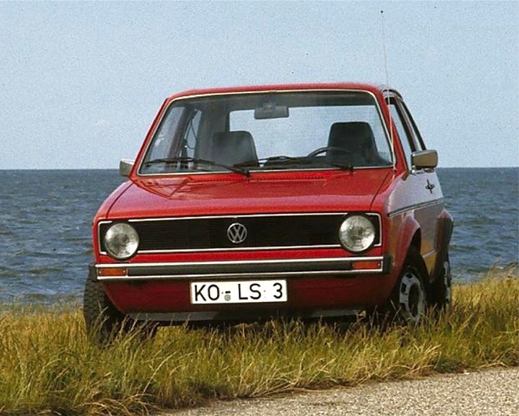 VW Golf von 1974. Der Name wurde deshalb gewählt, weil ohne das 'G' heißt es Wolf und Hitlers Spitzname war Wolf. Die Wortherkunft des Vornamens Adolf ist Adal Wolf, edler Wolf