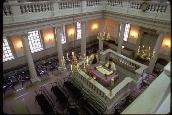 bemah - 'Der hohe Platz' in der Mitte einer Synagoge. Von dort aus liest der Priester (oder früher auch der König im Tempel von Jerusalem) die Torah vor. Stammt von 'bamah' ab