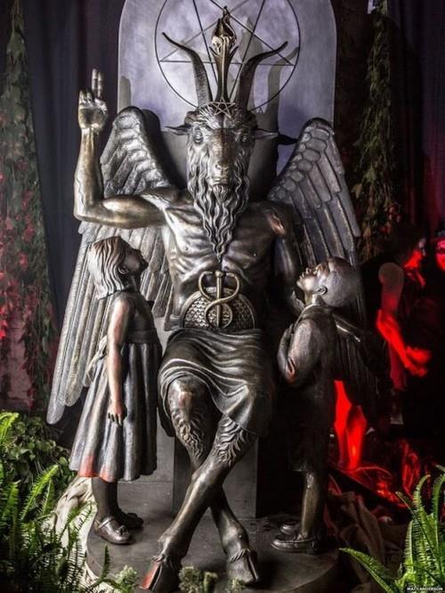 Am 26. Juli 2015 wurde in Detroit eine Baphomet-Statue während einer öffentlichen Schwarzen Messe enthüllt. Die Bronzefigur wiegt 1,5 Tonnen und ist 3 Meter groß. Ursprünglich sollte sie mitten in Oklahome City aufgestellt werden