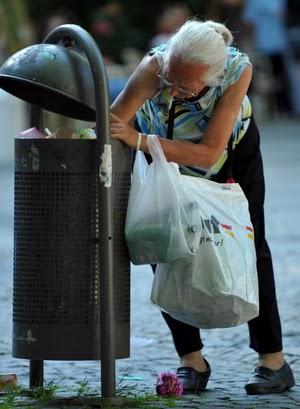 Frau beim Pfandflaschen sammeln