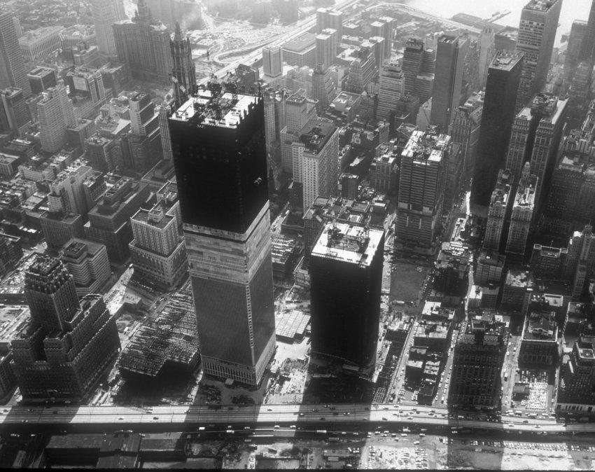 1966-1971 - Das ist der Zeitraum in dem die beiden World-Trade-Center-Türme hochgezogen wurden. Die Initiative dafür kam von der Illuminati-Familie Rockefeller. Symbolisch gesehen stehen die Türme für die zwei Säulen Jachin und Boas des antiken Tempel Salomo in Jerusalem.