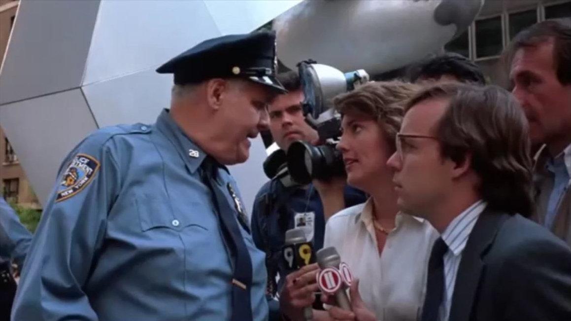 1990 Im Film Gremlins 2 - Die Rückkehr der kleinen Monster' wird der 911-Anschlag angedeutet. Wenn man die beiden Mikrofonschilder zusammen liest ergibt sich die Zahl 911. Der Film spielt in New York.