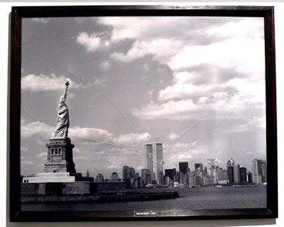 """1994 - Ein Kunstobjekt von Oscar Bony. Foto hinter Glas mit zwei 9mm-Einschüssen. Titel des Bildes: """"Fair is Foul and Foul is Fair"""", 130 x 100cm."""