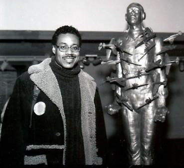 1999 - Der New Yorker Künstler Michael Rolando Richards gestaltete eine lebensgroße Bronzefigur. Sie stellt einen Piloten dar, der von Flugzeugen getroffen wird. Der Künstler starb am 11. September 2001 im 92. Stock eines ganz bestimmten Hochhauses. Die tödlichen Explosionen ereigneten sich zwischen dem 93. und 99. Stock.