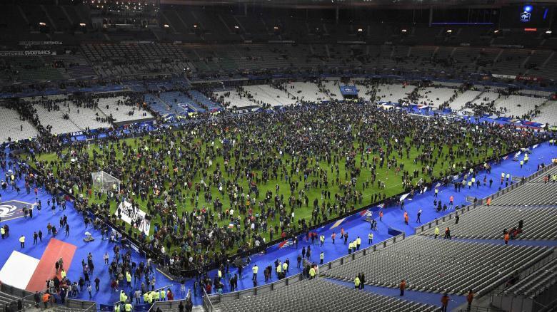 2015 (13. Nov.) - 18 Tage später wiederholte sich das James-Bond-Drehbuch. Der geplante Anschlag auf das Stade de France konnte durch Sicherheitskräfte verhindert werden. In dem Fußballstadion fand zeitgleich das Freundschaftsspiel Frankreich gegen Deutschland statt.
