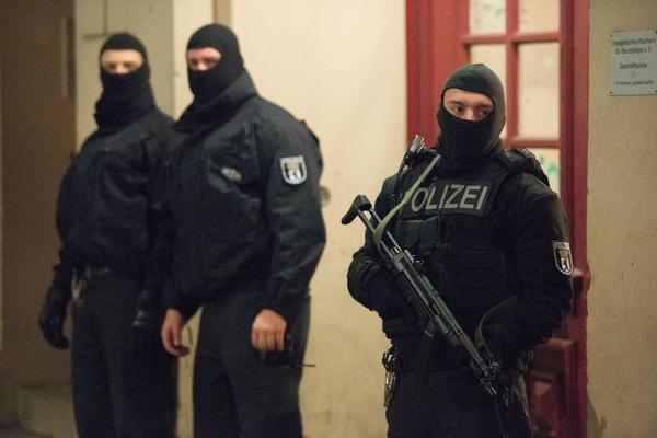 Als ich klein war, war die Polizei grün gekleidet und mit Hut. Die Verbrecher erkannte man daran, dass sie vermummt und schwarz waren. Wie ist das den heute?