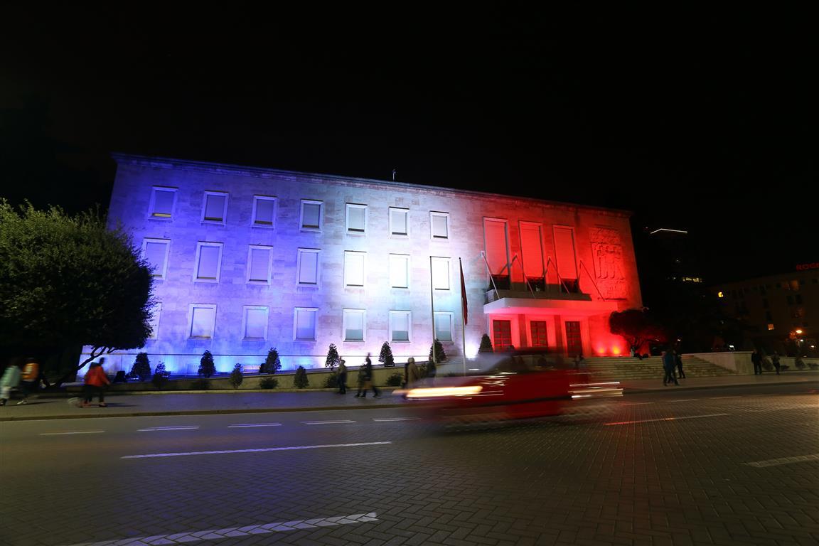 Illuminierte Gebäude - Albanien, Tirana, Regierungsgebäude