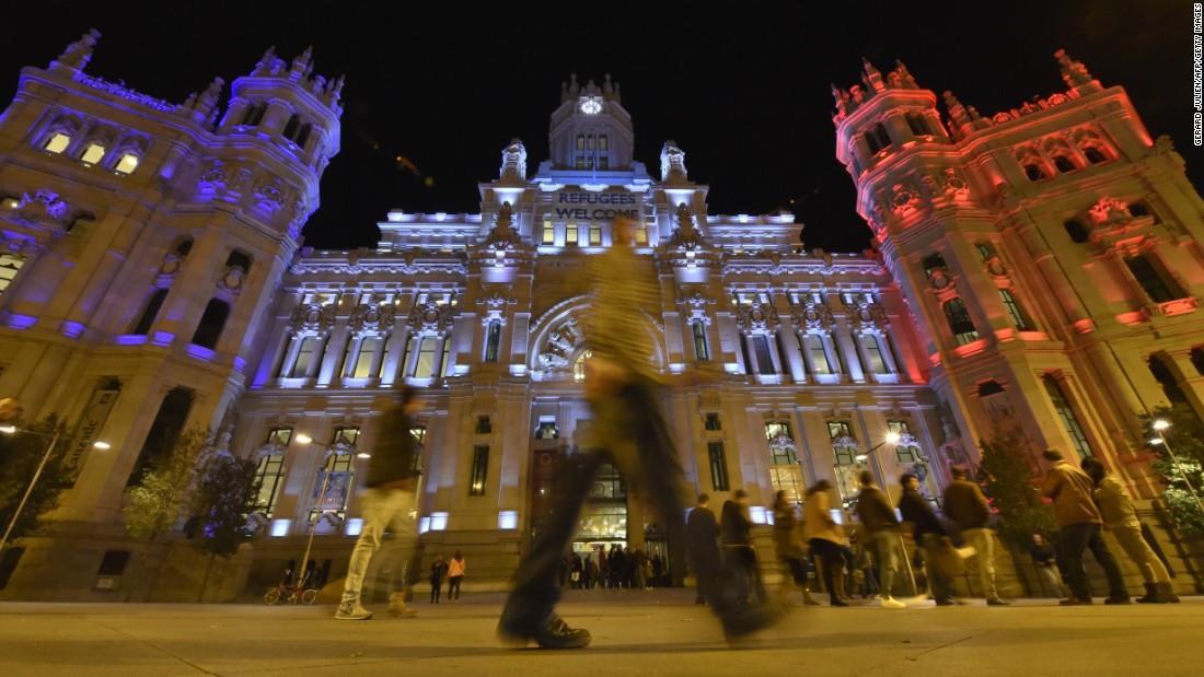 Illuminierte Gebäude - Spanien, Madrid, Rathaus mit Plakat Refugees Welcome
