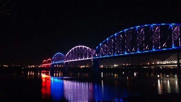 Illuminierte Gebäude - USA, Kentucky, Louisville, Brücke