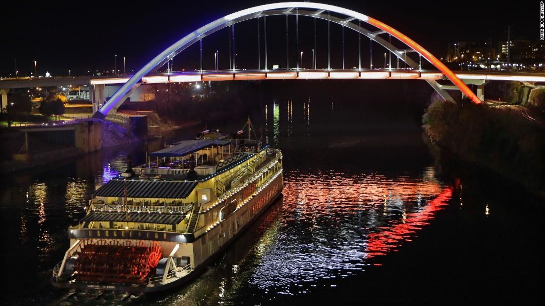 Illuminierte Gebäude - USA, Tennesse, Nashville, Brücke mit Schaufelraddampfer