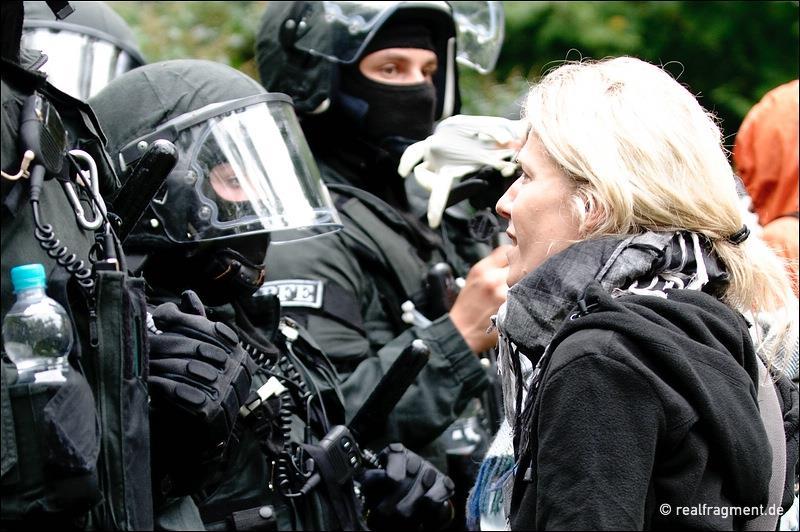 Vermummte Polizei und eine Bürgerin im Stuttgarter Schlossgarten bei Stuttgart-21-Protesten.