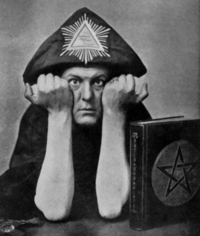 1875-1947 Freimaurer und Rosenkreuzer Aleister Crowley (Perdurabo). Britischer Agent, Okkultist und Sexmagier. Loge Golden Dawn und O.T.O. Er opferte zwischen 1912 und 1928 ca. 2400 Kinder. Er ist das Monster von Loch Ness.