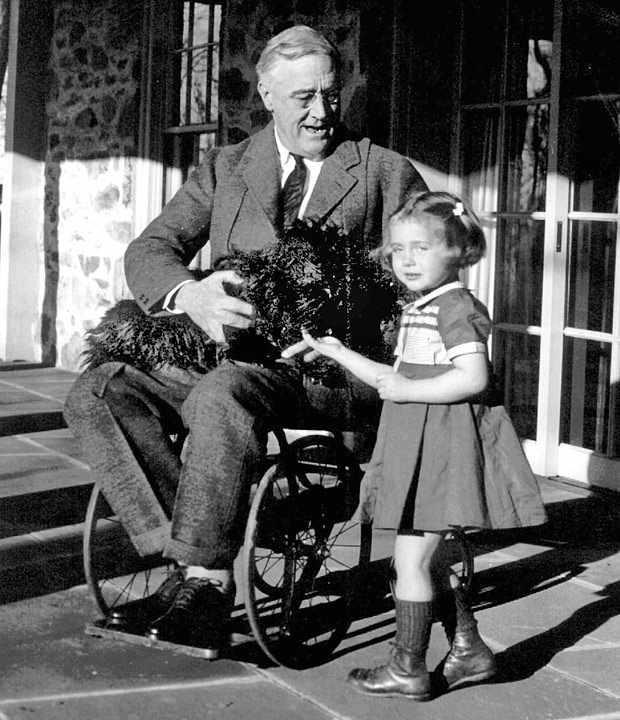 1882-1945 Freimaurer und Jude Franklin Delano Roosevelt. US-Präsident. Schaffte das Unmögliche - es zu verheimlichen, dass er seit 1921 wegen Kinderlähmung im Rollstuhl saß. Er entstammte einer Opiumhändlerdynastie.