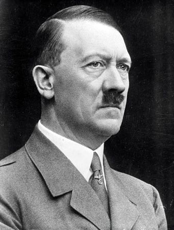1889-1945 Jude Adolf Hitler. Okkultist, Satanist, Theosoph, Kanzler und Britischer Agent. Mit dem Thule-Geheimbund verbunden. Wurde am Vorläufer des Tavistock-Institutes ausgebildet. Sein Großvater väterlicherseits war ein Jude. Wahrscheinlich sogar ein Rothschild aus Wien.
