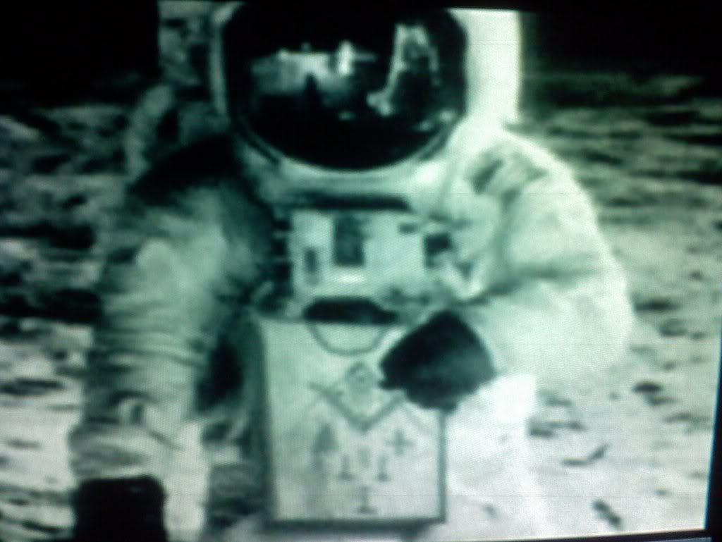 """1930 Freimaurer Neil Armstrong. Militärpilot. Posiert mit Freimaurerschürze auf dem """"Mond"""""""