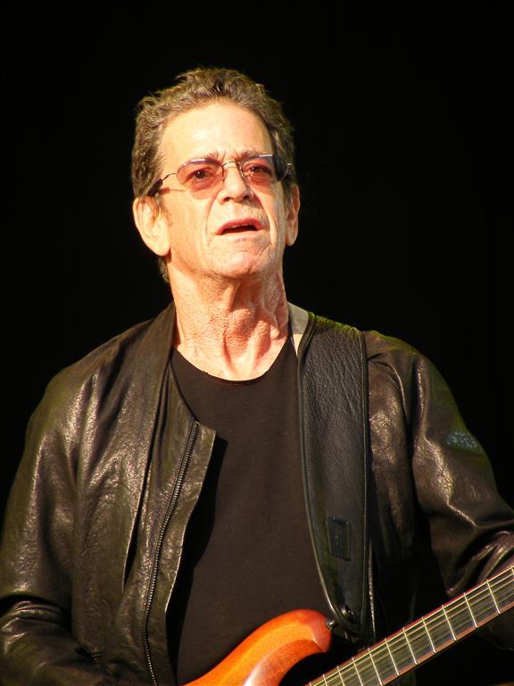 1942-2013 Jude Lewis Allan Rabinowitz (Tarnname Lou Reed). Amerikanischer Musiker. Gründer von The Velvet Underground. Bekanntes Lied - Walk on the wild side.