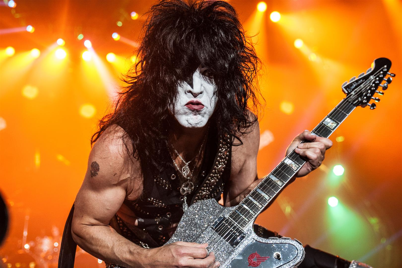 1952 Jude Stanley Bert Eisen (Tarnname Paul Stanley). Amerikanischer Musiker. Spielt in der Band Kiss. Bekannte Lieder: I Was Made for Lovin' You, God Gave Rock & Roll to You.