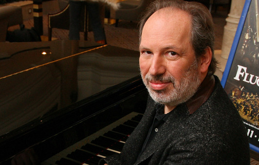 1957 Jude Hans Zimmer. Deutscher Filmkomponist in Hollywood. Vertont wahrscheinlich 5 bis 10 Filme pro Jahr - wie macht er das bloß? Hier eine kleine Filmauswahl: Castaway, Rain Man, Cool Runnings, Der König der Löwen, The Rock, Mission Impossible, Gladiator, Black Hawk Down, Pearl Harbor, Hannibal, Fluch der Karibik, Lauras Stern, Madagascar, Batman, Sakrileg, Die Simpsons, Kung Fu Panda, The Dark Knight (Batman, siehe Aurora), Illuminati, Transformers und Ich Einfach Unverbesserlich.