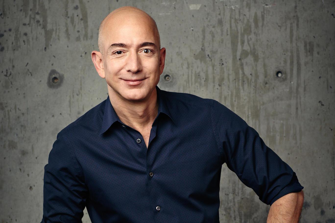 1964 Jude Jeffrey Preston Jorgensen (Jeff Bezos). Gründer und Chef von Amazon. Mit 55 Milliarden Dollar Vermögen drittreichster US-Amerikaner.