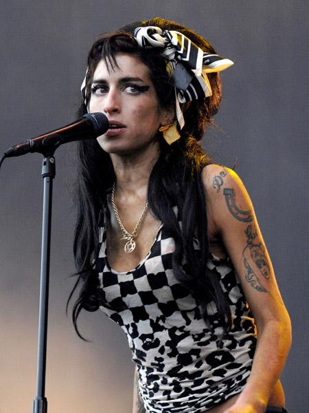 1983-2011 Jüdin Amy Winehouse. Britische Musikerin. Beging angeblich Selbstmord. Unterlag wahrscheinlich der Monarch-Programmierung. Sie gehört nun dem Klub 27 an.