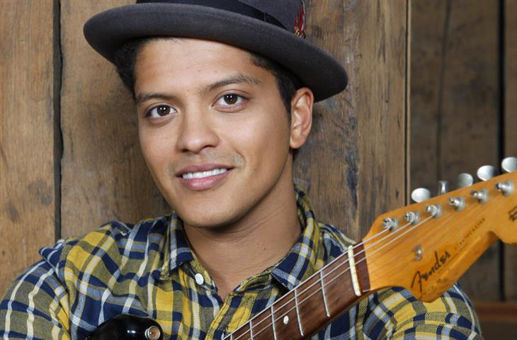 1985 Jude Bruno Mars. Amerikanischer Musiker. Bekannte Lieder: Just the Way You Are und Grenade.