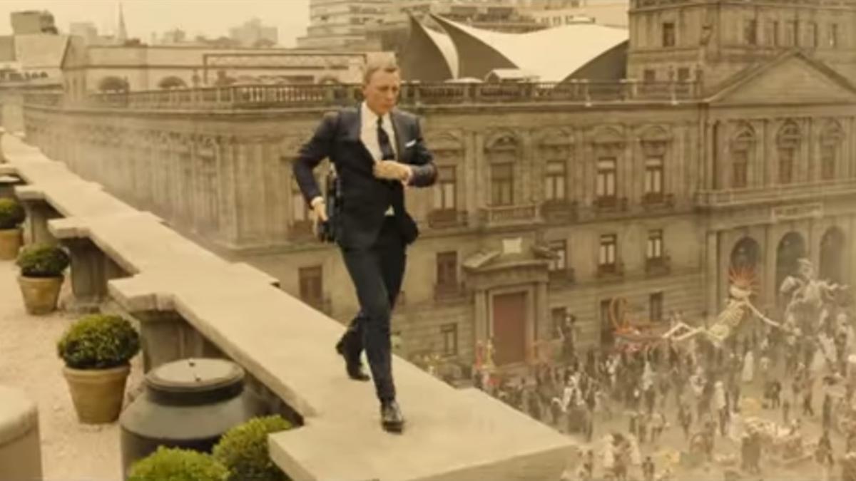 2015 (26. Okt.) - Der neue James Bond Film Spectre feiert Weltpremiere. Zu Begin des Films verfolgt James Bond jemand durch einen karnevalistischen Todesumzug. Kurz darauf verhindert er einen Terroranschlag auf ein mexikanisches Fußballstadion.
