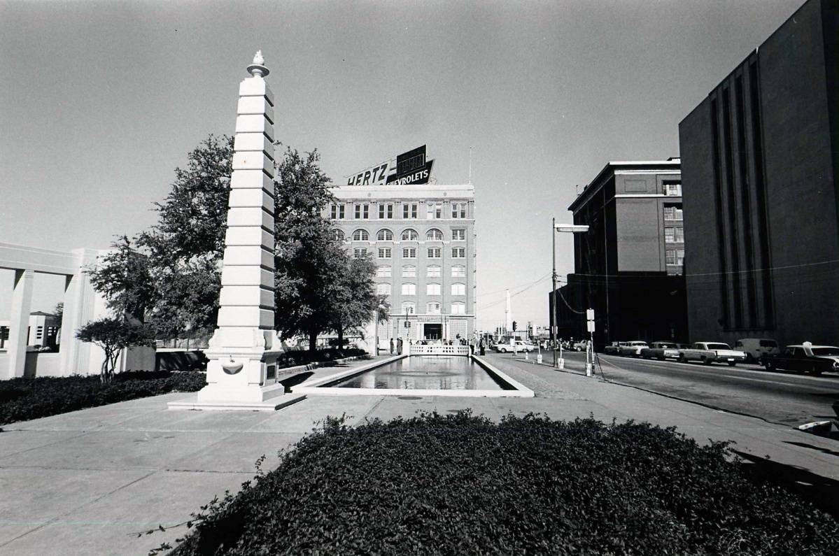 Dealey Plaza in Dallas, Texas mit einem Obelisk - Ort der John F. Kennedy Ermordung