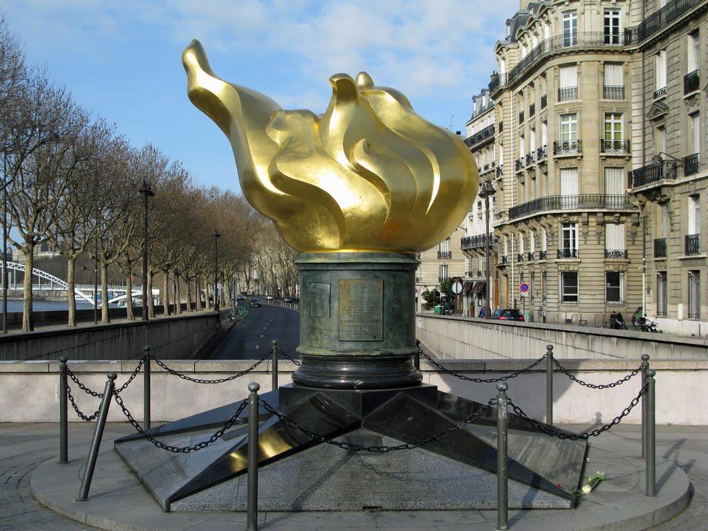 Die Flamme der Freiheit mit Pentagramm-Sockel über dem Alma-Tunnel in Paris - Ort der Lady-Di-Attentats